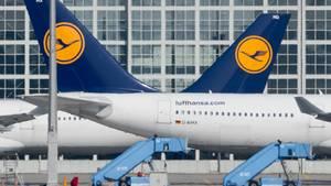 Zwei Flugzeuge der Lufthansa auf dem Münchner Flughafen