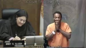 Richterin erkennt Schulfreund auf der Anklagebank