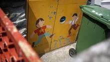 Auf die Mülltonnen-Türen der Mainzer Kita sind spielende Kinder gemalt