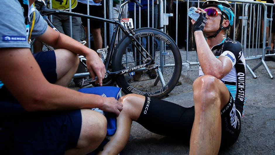 Ein erschöpfter Tony Martin muss sichnach der dritten Tour-Etappe  erstmal ausruhen
