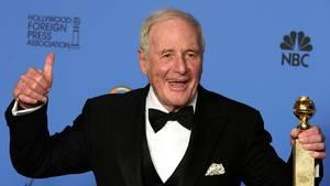 Produzent Jerry Weintraub mit einem Golden Globe in der Hand und einem Lachen im Gesicht