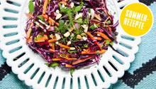 Sommer-Coleslaw: Salatteller mit geraspeltem Rotkohl, Karotten und Fenchel