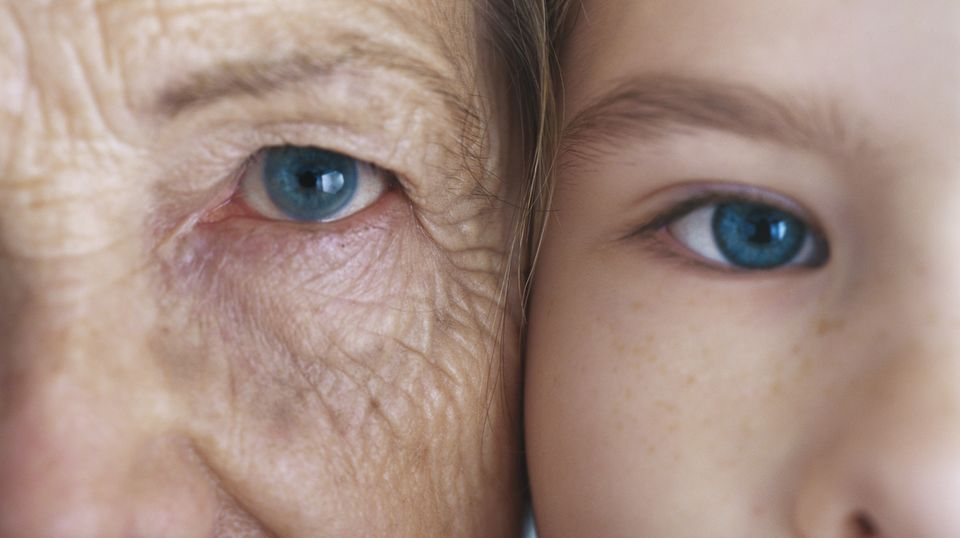 Eine ältere und jüngere Frau schauen in die Kamera