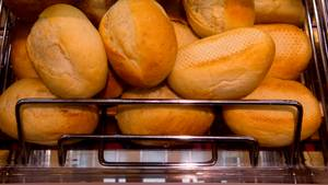 Sind die Billig-Brötchen aus dem Supermarkt wirklich Backwaren? Aldi liegt mit dem deutschen Bäckerhandwerk über Kreuz. Der Streit beschäftigt ein Gericht.