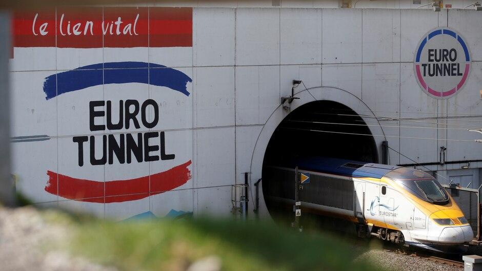Ein Eurostar-Zug kommt bei Calais in Frankreich aus dem Eurotunnel