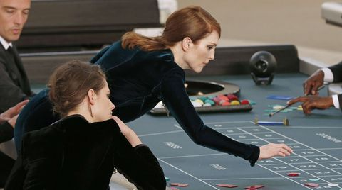 Die Schauspielerinnen Julianne Moore und Kristen Stewart (l.) gehören zu den Stargästen und spielen am Roulette-Tisch kräftig mit.