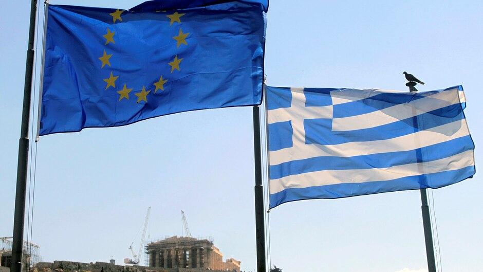 Die Europa- und die griechische Flagge vor der Akropolis