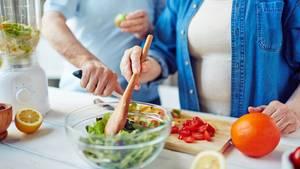 Essen Siejeden Tag fünf Portionen Obst, Gemüse und Salat- sie enthalten vieleVitamineund zugleich wenigeKalorien. 400 Gramm Gemüse, roh und/oder gegart, einem großen Salatteller und zwei Obstportionen sind optimal. Zählen Sie Tiefgekühltes oder ein Glas Saft mit
