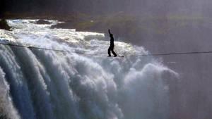 Profi-Slackliner Lukas Irmler balanciert über eine 91 Meter lange Line vor den Victoria-Fällen in Afrika.