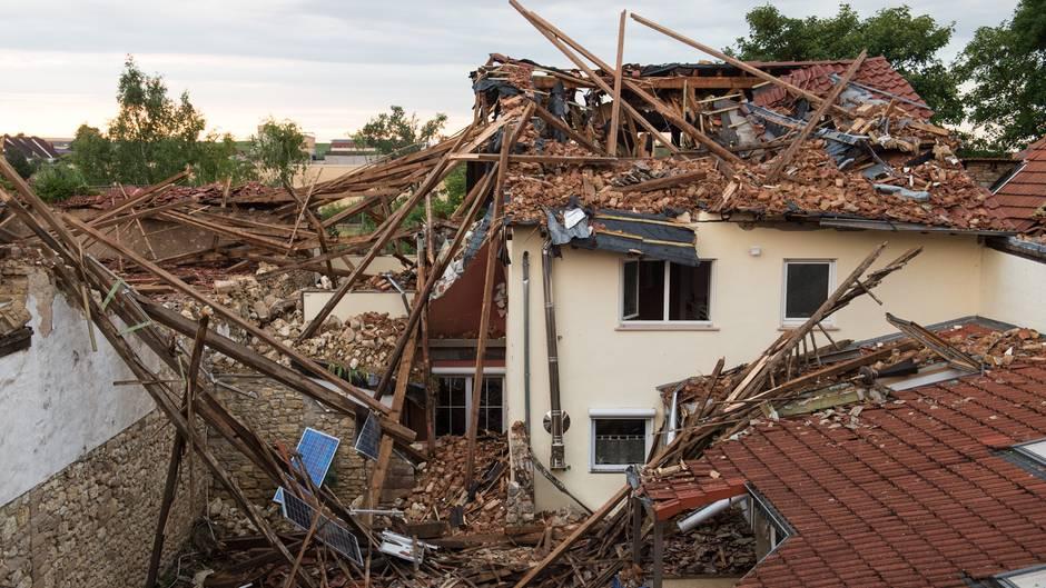Völlig zerstört ist ein Wohnhaus in Framersheim nach einem Tornado
