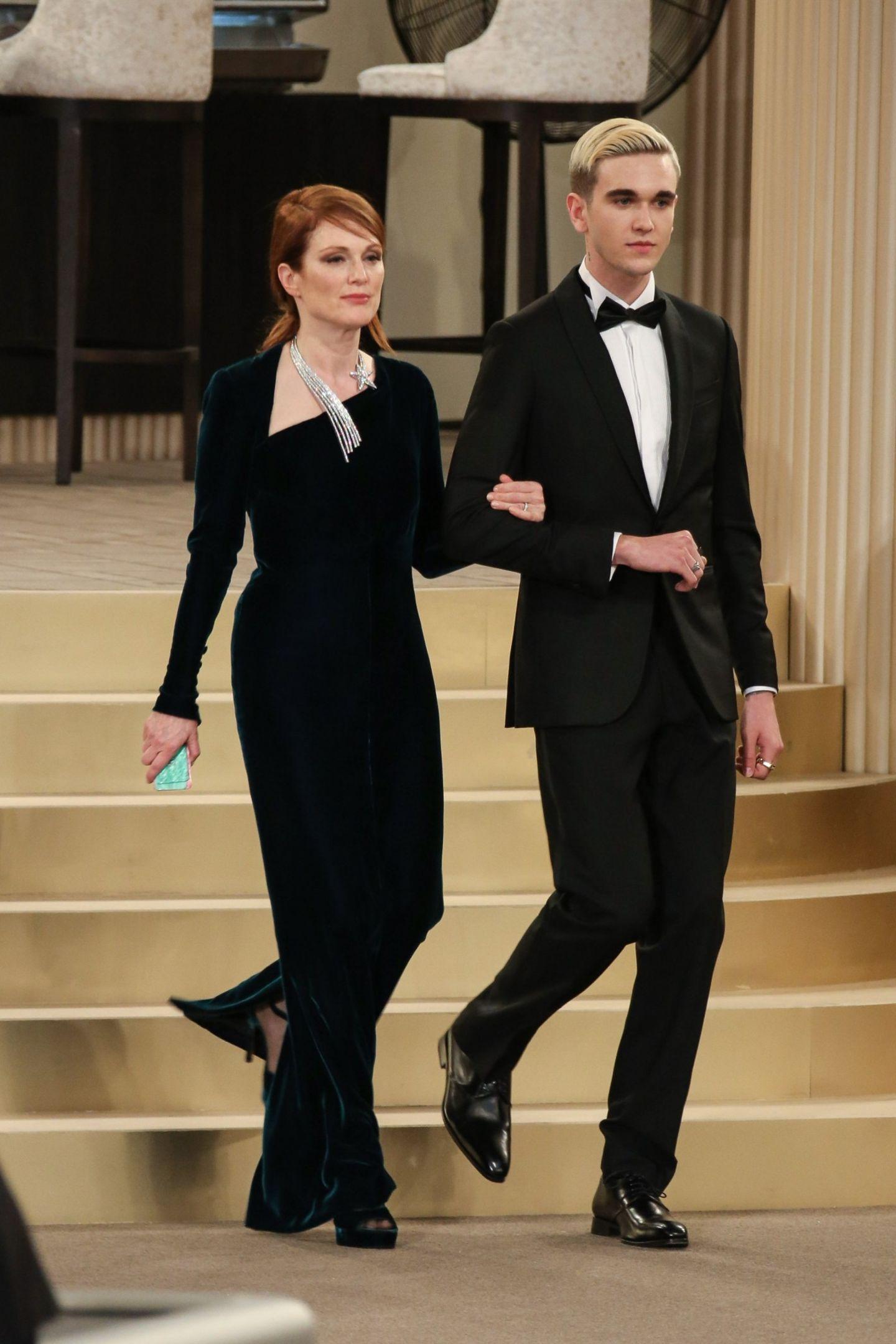 Nein, der smarte Junge an der Seite von Schauspielerin Julianne Moore ist kein Model, sondern prominenter Hollywood-Nachwuchs.Gabriel-Kane Day-Lewis ist der Sohn von Oscar-Preisträger Daniel Day-Lewis und SchauspielerinIsabelle Adjani. Der Brite und die Französin waren von1989 bis 1994 liiert. Day-Lewis verließ Adjani, als diese schwanger war. Mittlerweile ist Gabriel 20 Jahre alt und modelte nun bei der Haute-Couture-Show des Labels Chanel.