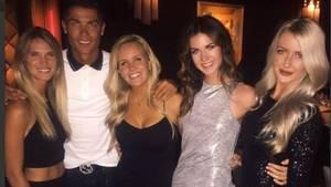 Cristiano Ronaldo, der alte Charmeur: Findet ein Handy, und gibt den Damen gleich mal ein Dinner aus.
