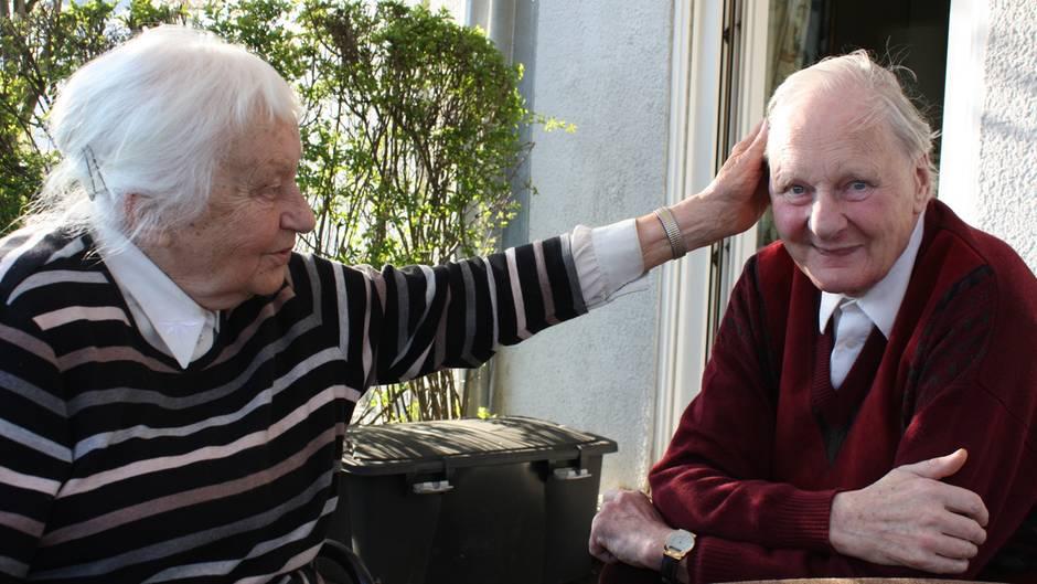 Jutta und Eberhard am Gartentisch