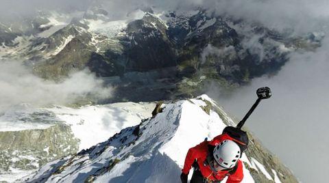 Tiefblick nach unten auf verschneite Felsen