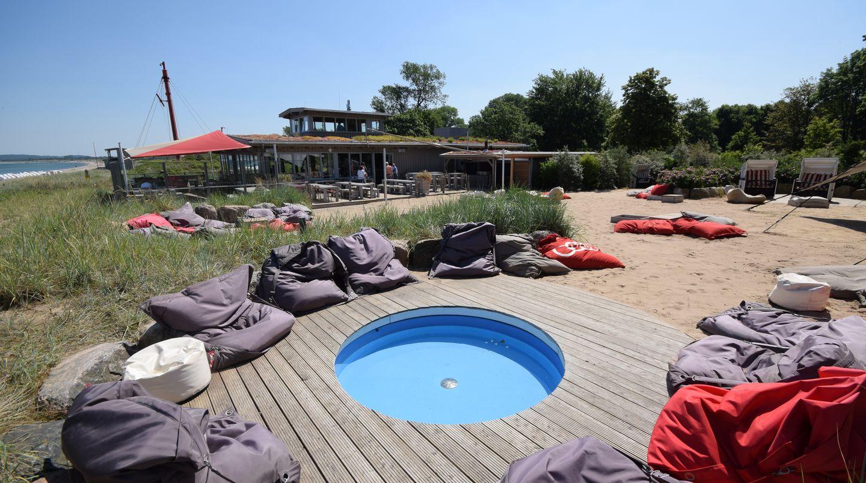 Kleiner Pool, leere Fatboy-Sitzsäcke und das Strand-Bistro