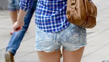 Eine Junge Frau trägt eine Jeans-Hotpant.