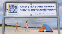 Hinweisschilder informieren in zwei Sprachen über den FKK-Strand