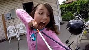 So cool zieht sich die elfjährigeAlexis Davidson ihren Wackelzahn. Sie benutzt einfach Pfeil und Bogen.
