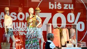 Sale im Sommer: In den Schaufenstern locken Händler mit Schnäppchen