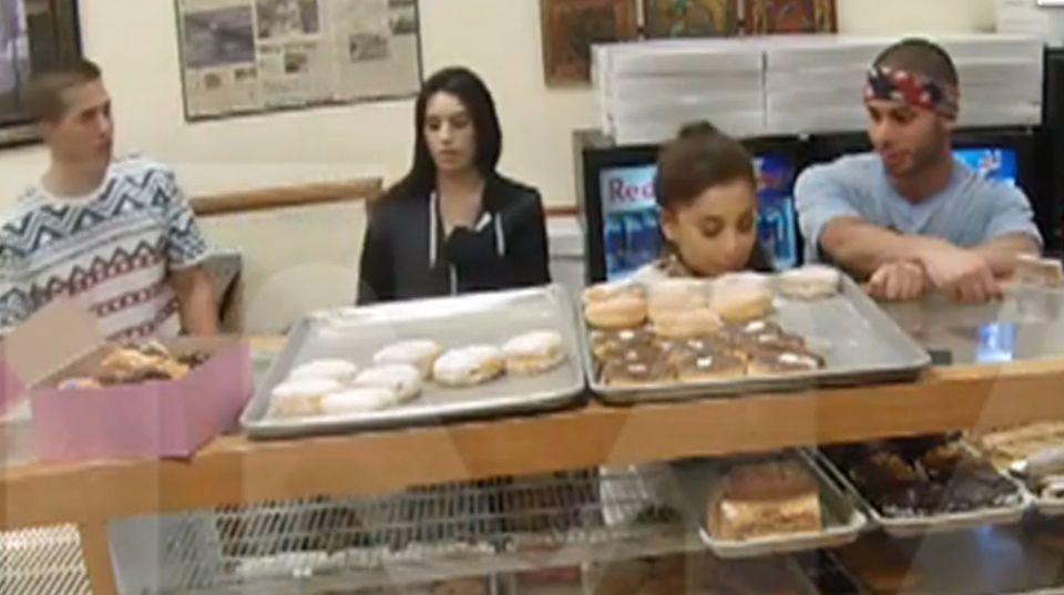 Ariane Grande leckt einen Donut an