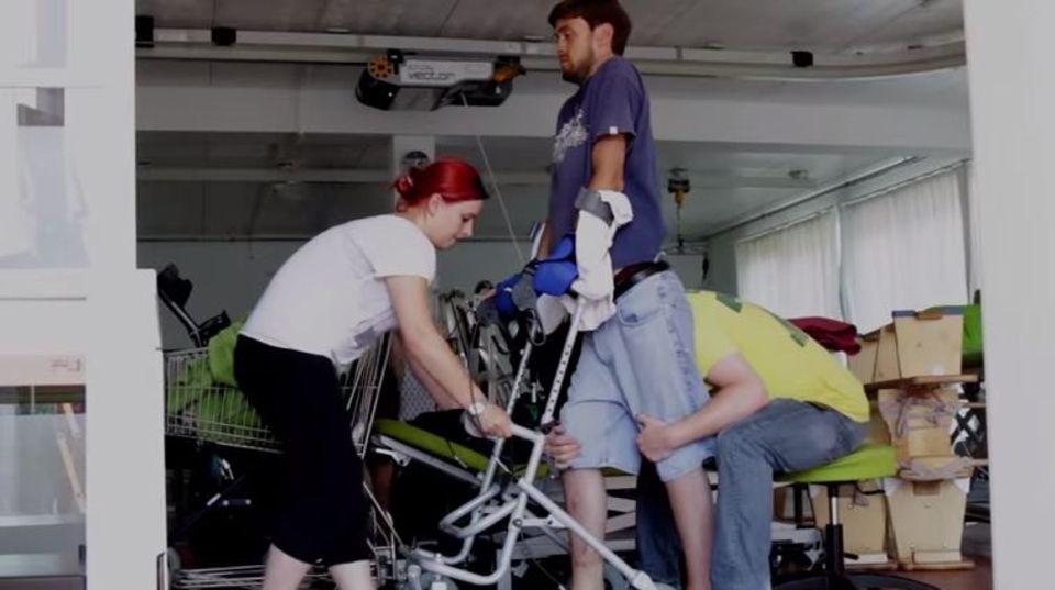 Ben bei der Therapie: Am 25. Juni stand er erstmals nach 13 Jahren wieder eigenständig auf seinen Beinen.