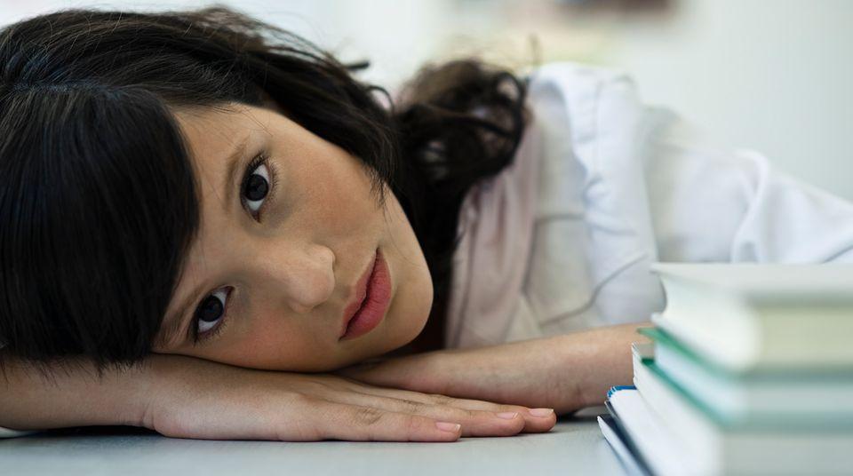 Müde, völlig ausgebrannt: Die Schülerin Sophia stresste der Schulalltag so sehr, dass sie an einem Burnout erkrankte. (Symbolbild)