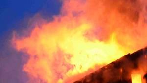 Ein Haus steht in Flammen