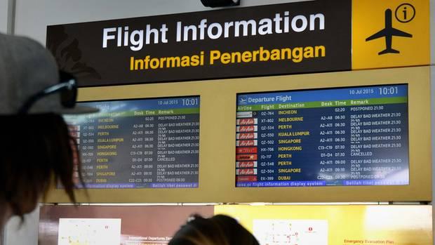 Anzeigetafel mit Flugstreichungen und Verspätungen