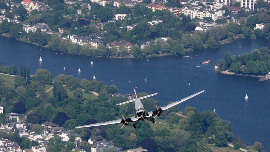 Die Junkers Ju 52 der Deutsche Lufthansa Berlin-Stiftung über der Außenalster in Hamburg