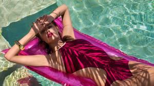 Die Palmen werfen weiche Schatten über ihren Körper. Blohm trägt einen Bikini von Hermès.