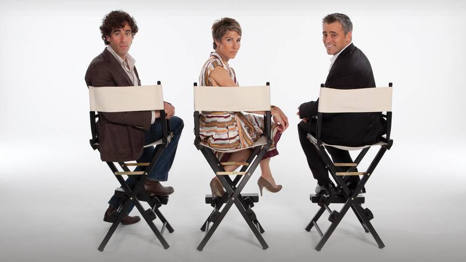 """Und, erkennen Sie Matt LeBlanc alias Joey? Ein bisschen ergaut, aber ja: er sitzt ganz rechts. Neben ihm: Tamsin Greig, die in """"Episodes"""" Beverly Lincoln spielt. Ganz links: ihr Film-Ehemann Sean (Stephen Mangan)."""
