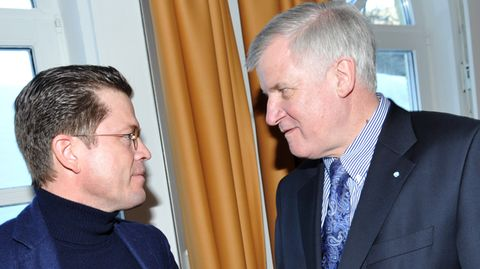 Karl-Theodor zu Guttenberg (l.) und der CSU-Parteivorsitzende Horst Seehofer bei einer Klausurtagung 2011