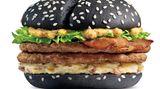 Burger mit schwarzem Brötchen