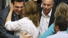 Der griechische Regierungschef Alexis Tsipras wird von einer Parlamentsabgeordneten umarmt