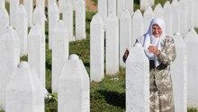 Eine Frau trauert vor den Massengräbern in Srebrenica