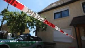 Ein Polizeifahrzeug steht am in Leutershausen bei Ansbach an einem abgesperrten Tatort.