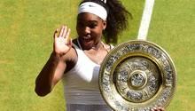 Serena Williams hält zum sechsten Mal die Wimbledon-Trophäe in ihren Händen