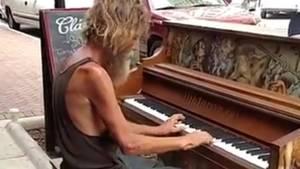 """Daniel Gould spielt auf einem öffentlichen Klavier den Styx-Song """"Come sail away"""""""