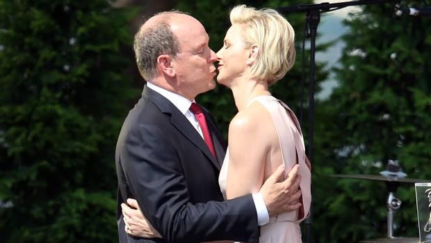 Fürst Albert II. gibt seiner Frau Charlène einen Kuss