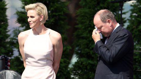 Fürst Albert II. muss seine Tränen mit einem Taschentuch trocknen