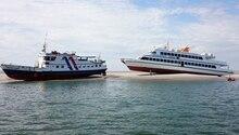 Zwei Fähren auf einer Sandbank in der Nordsee