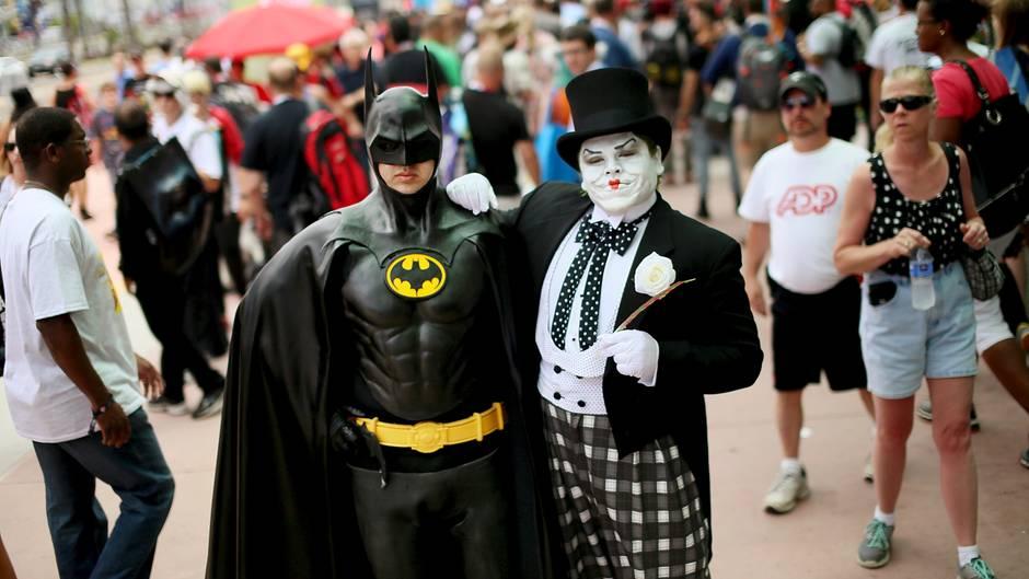 Zwei Besucher in Batman- und Joker-Verkleidung