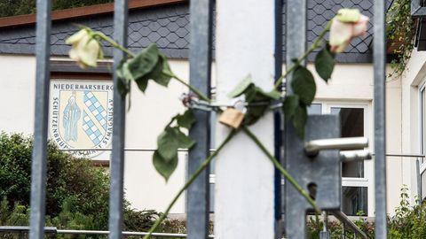 Rosen am Tor vor der Schützenhalle in Marsberg