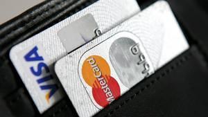 Zwei Kreditkarten von Visa und Mastercard in einer Geldbörse