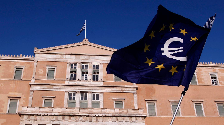 Eine Europa-Flagge vor dem griechischen Parlament