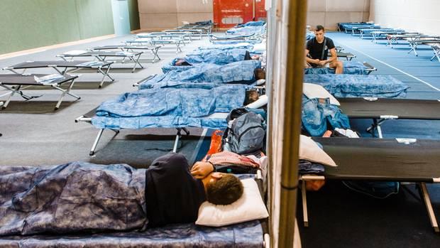 In dieser Turnhalle in Neumünster sind provisorisch Flüchtlinge untergebracht