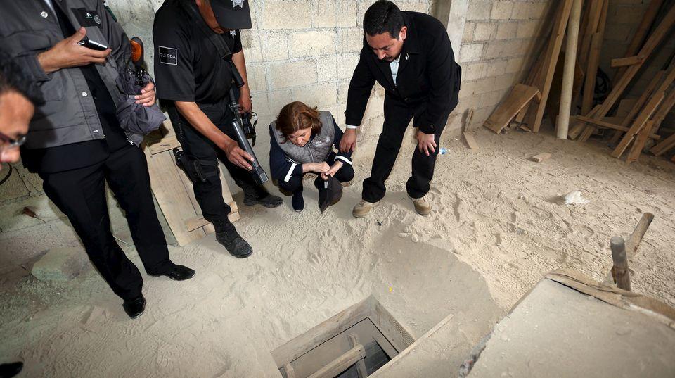 Mexikos Generalstaatsanwältin Arely Gomez Gonzalez inspiziert den Einstieg in den Fluchttunnel