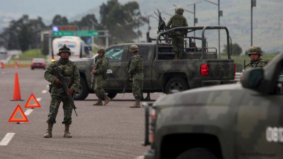 Mexikanische Soldaten haben auf der Autobahn in Contepec im Staat Michoacan eine Straßensperre errichtet