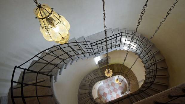 Blick von oben in das alte Treppenhaus