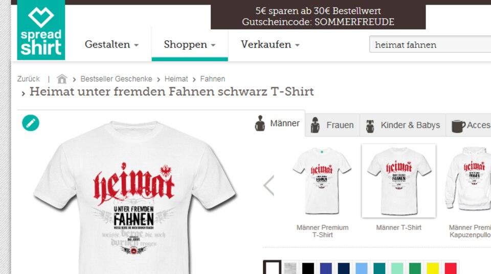 """Screenshot des Online-Shops zeigt einen weißes T-Shirt mit der Aufschrift """"Heimat unter fremden Fahnen""""."""